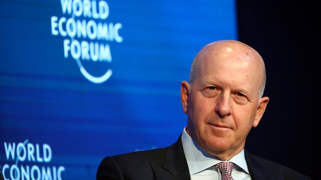 Tras quejas por semanas laborales de 100 horas, Goldman Sachs permitirá que sus empleados descansen los sábados