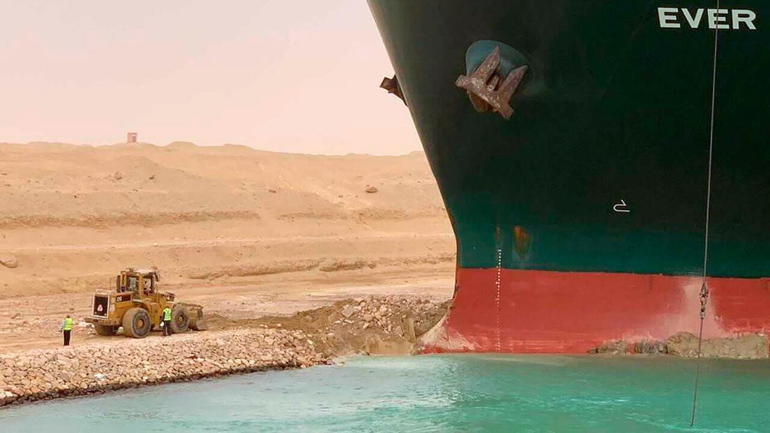 El buque encallado en el canal de Suez y la pequeña excavadora que trata de liberarlo provocan una avalancha de memes