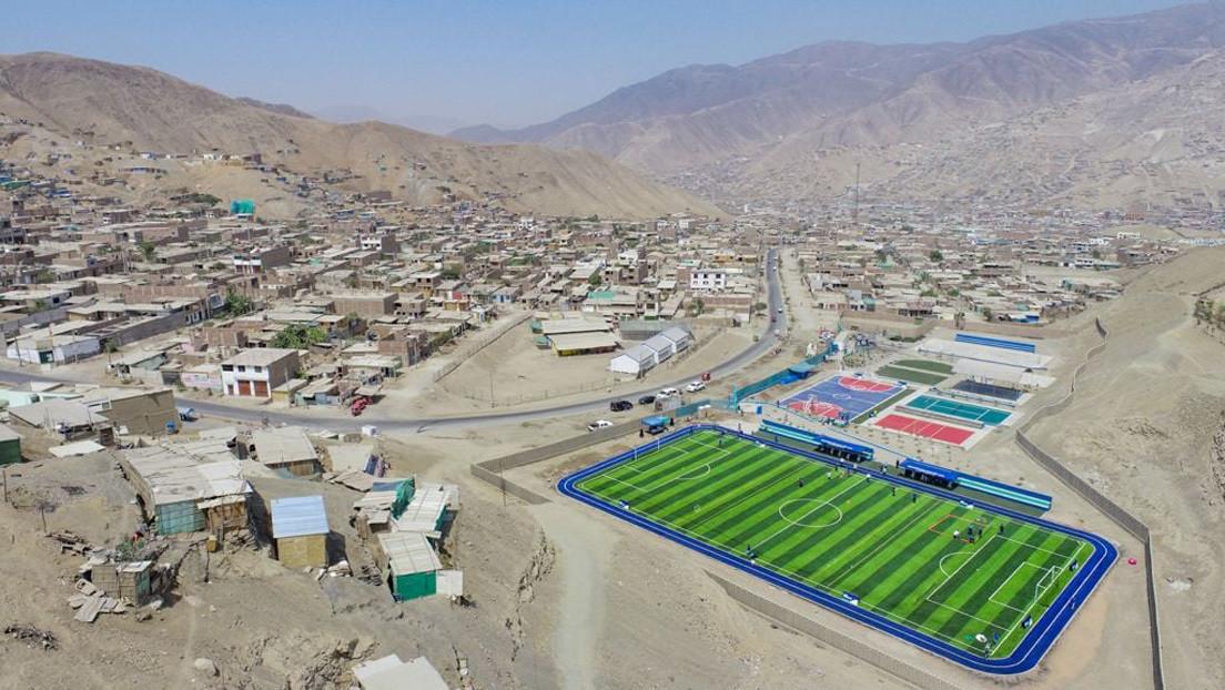 """""""En vez de eso, traigan agua"""": La inauguración de una cancha sintética y una pista atlética en una zona marginada de Perú levanta polémica"""