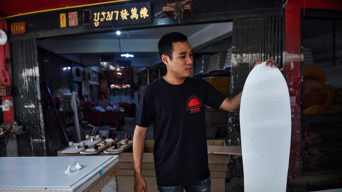 VIDEO: Un fabricante de féretros convierte sus ataúdes sin vender en patinetas
