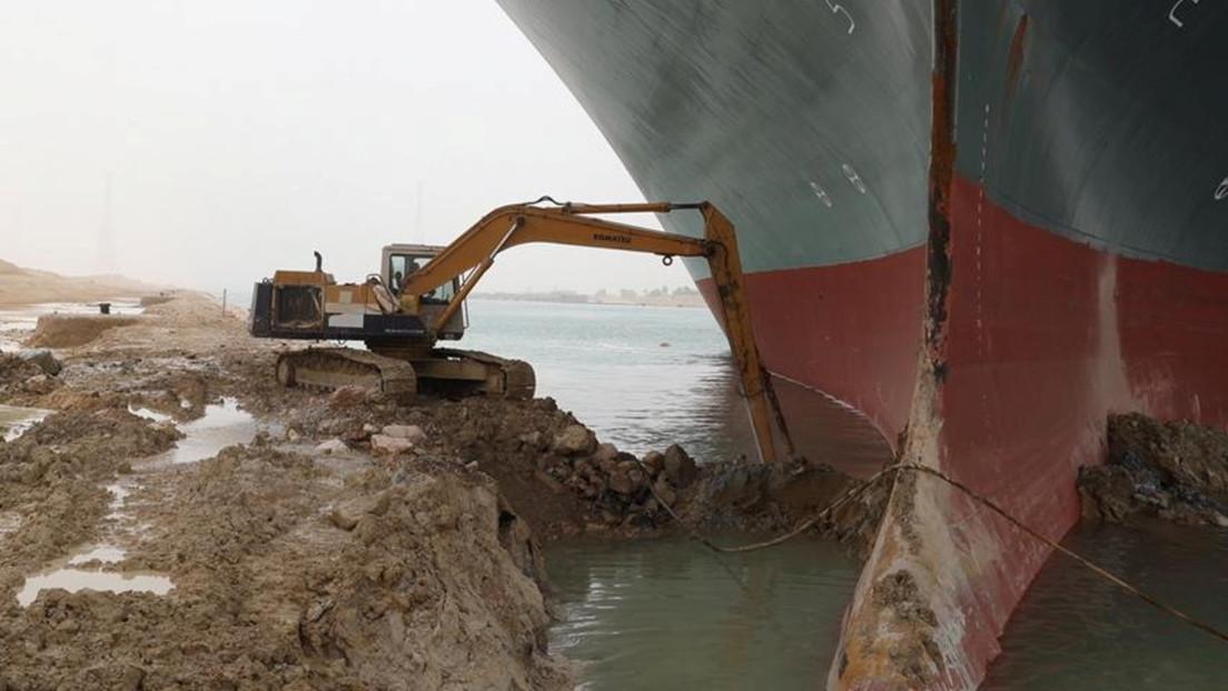 El carguero encallado en el Canal de Suez inspira cuentas de Twitter dedicadas tanto al buque como a la excavadora que intenta liberarlo
