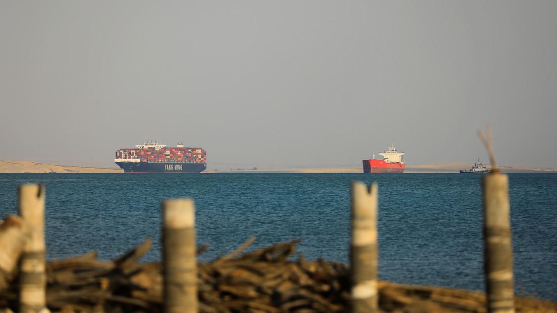 Analistas aconsejan en qué compañías invertir tras el atasco del canal de Suez