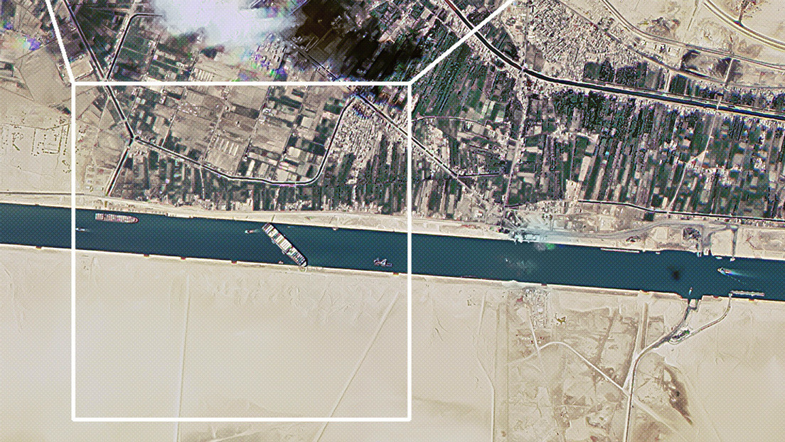 Imágenes satelitales muestran el buque encallado en el canal de Suez