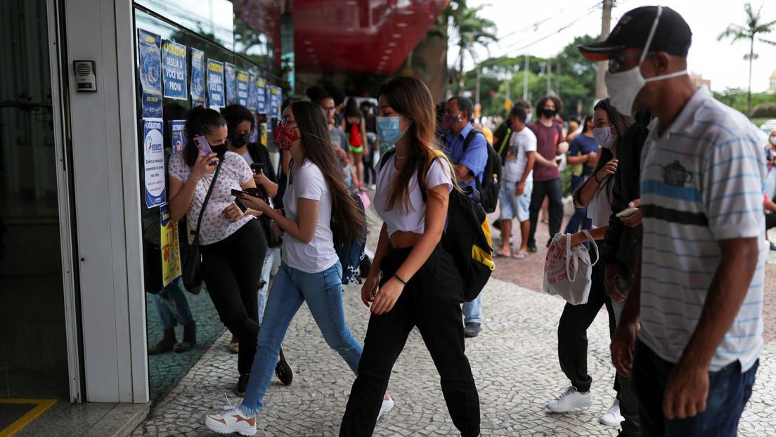 Por qué cada vez hay más jóvenes que enferman de covid-19 en Brasil