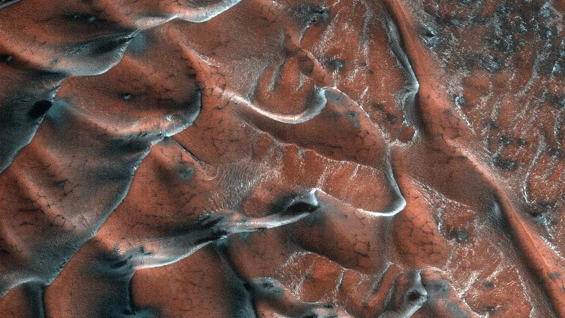 FOTO: Así brillan las dunas de arena de Marte dentro de un cráter de 5 km