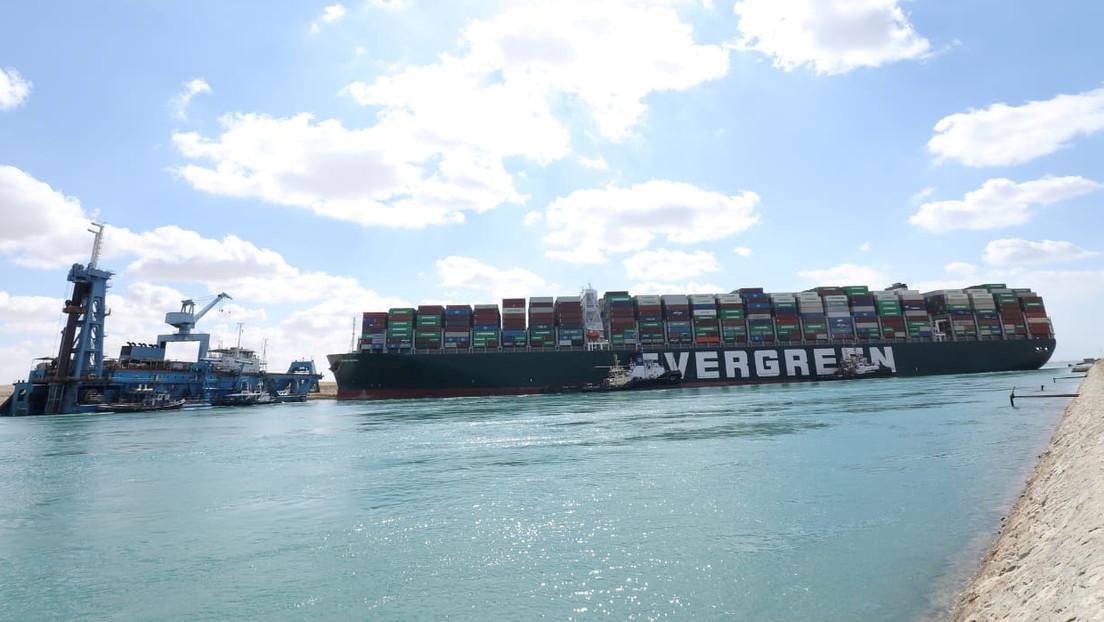 Reportan que el enorme carguero Ever Given se movió por primera vez tras encallar en el canal de Suez