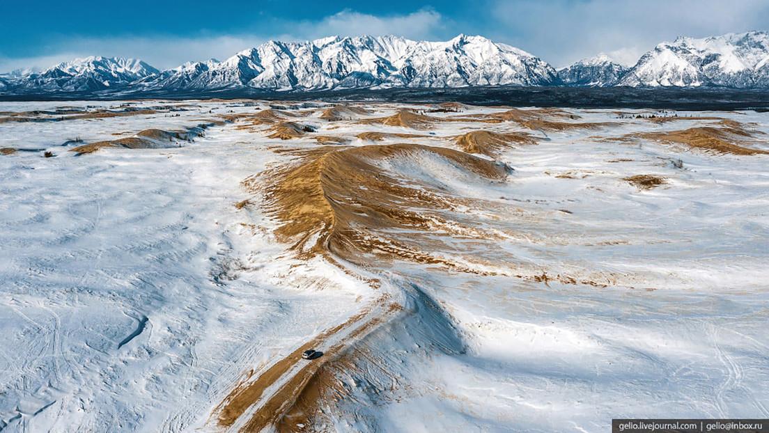 Fotos increíbles que muestran un 'desierto' en el sur de Siberia, cubierto de arena y nieve a la vez
