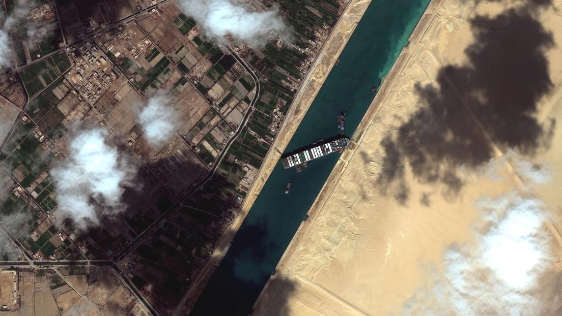 VIDEO: Nuevas imágenes muestran la escala de los atascos frente al Canal de Suez a causa del carguero encallado