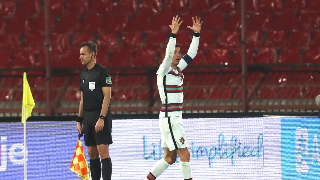VIDEO: Ronaldo arroja su cinta de capitán y sale furioso de la cancha por un gol que le anulan