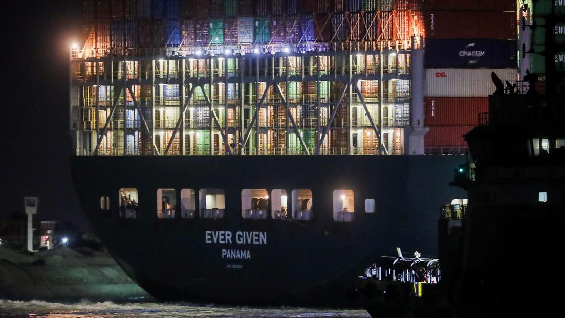 Varios barcos empiezan a desviarse hacia rutas alternativas en lugar de esperar a que se desbloquee el Canal de Suez