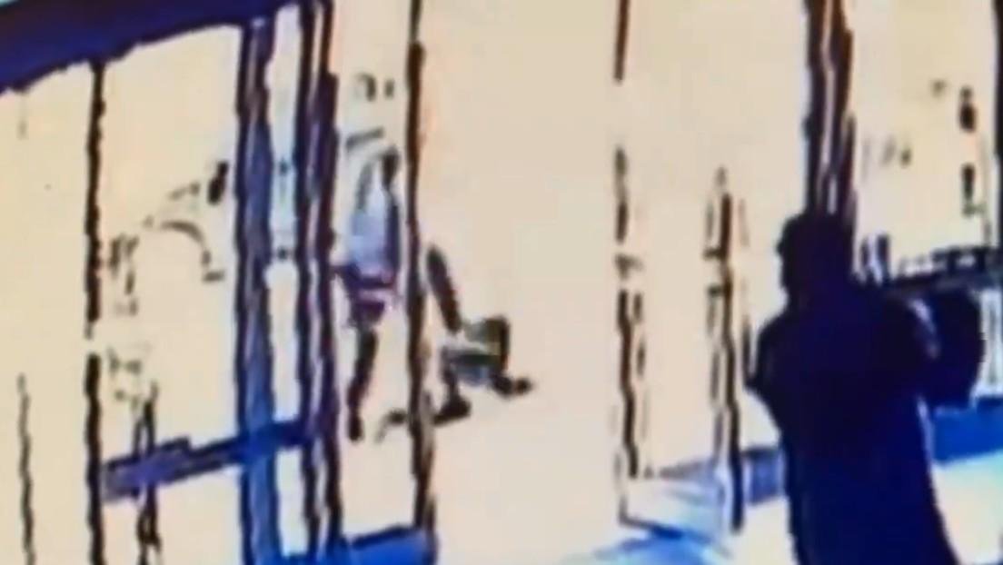 VIDEO: Un hombre agrede brutalmente a una anciana asiática en Nueva York (y un testigo le cierra la puerta a la víctima)