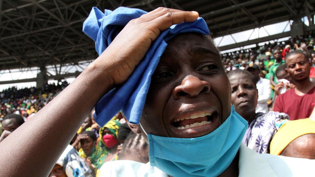 Una avalancha humana durante el funeral del presidente de Tanzania deja decenas de muertos