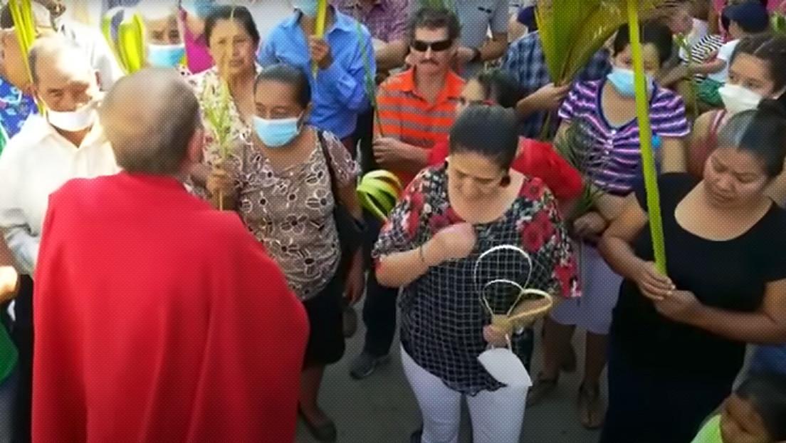 """VIDEOS: Un cura le quita la mascarilla a varios fieles en Honduras y dice que es una """"babosada"""""""