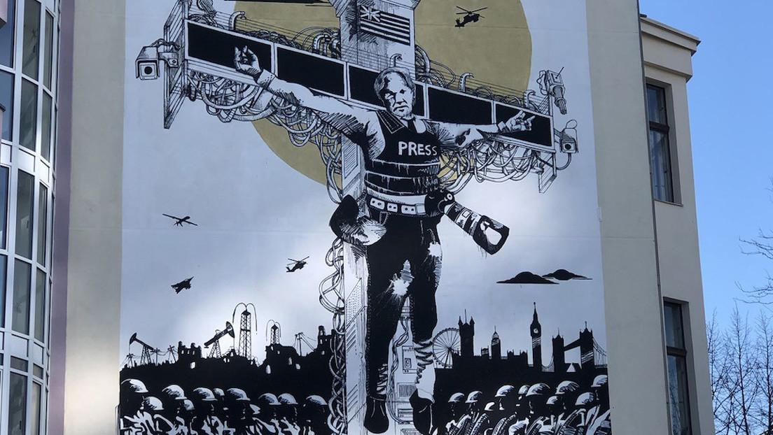 'Crucifixión colateral': inauguran en Berlín un mural dedicado a Julian Assange