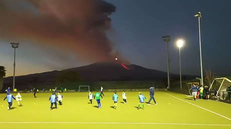 Niños juegan al rugby sin prestar atención a la espectacular erupción del Etna (VIDEO)