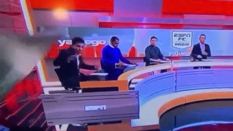 VIDEO: Una pantalla gigante aplasta a un periodista colombiano en medio de un programa en directo