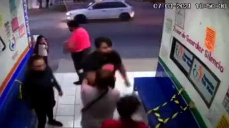 VIDEO: Una familia se abalanza contra una doctora que les pedía usar cubrebocas
