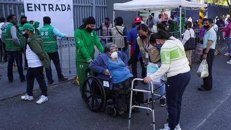 Lo que se sabe sobre la mujer mexicana de 75 años que falleció minutos después de recibir una vacuna