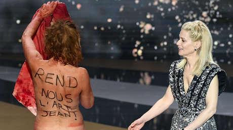 Eine Schauspielerin zieht sich während der französischen Oscars aus, um gegen die Schließung kultureller Räume zu protestieren