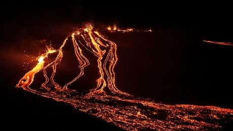 VIDEO: Un dron sobrevuela un volcán islandés en plena erupción y capta un hipnótico espectáculo de lava y humo