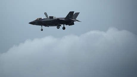 Un caza sigiloso F-35B del Cuerpo de Marines de EE.UU. dispara su cañón y se daña a sí mismo