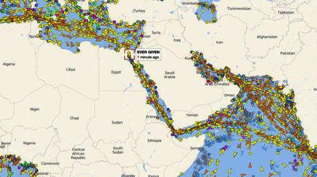 Una imagen de todos los barcos embotellados frente al Canal de Suez muestra cómo un carguero encallado puede paralizar el tránsito marítimo