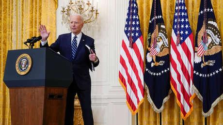 Captan apuntes con información clave y nombres de periodistas que Biden usó durante su primera rueda de prensa presidencial