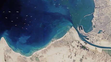 Captan desde el espacio el alcance real del atasco causado por el carguero varado en el canal de Suez