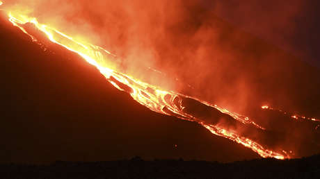 VIDEO: Ríos de lava y explosiones de ceniza desde el volcán guatemalteco de Pacaya, tras más de 50 días de constante actividad