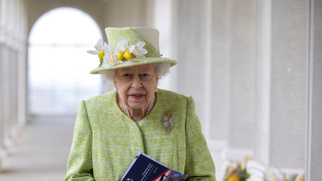 Isabel II bromea sobre Rusia en su primera aparición pública en cinco meses