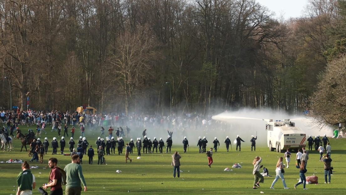 Una broma se sale de control: la policía belga usa cañones de agua y gases lacrimógenos para dispersar una 'fiesta' convertida en protesta