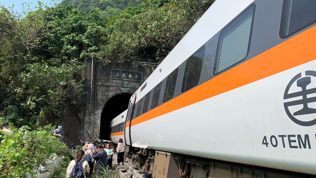 Decenas de muertos y heridos al descarrilarse un tren en un túnel en Taiwán (VIDEOS, FOTOS)