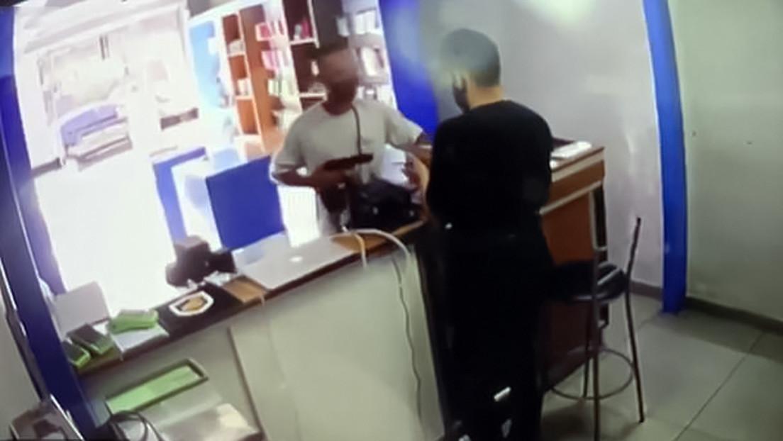 VIDEO: Roba una tienda a punta de pistola, pero el dueño le dispara por la espalda cuando se dispone a huir