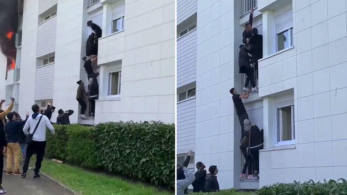 VIDEO: Decenas de jóvenes forman una escalera humana para rescatar a una familia de un edificio en llamas
