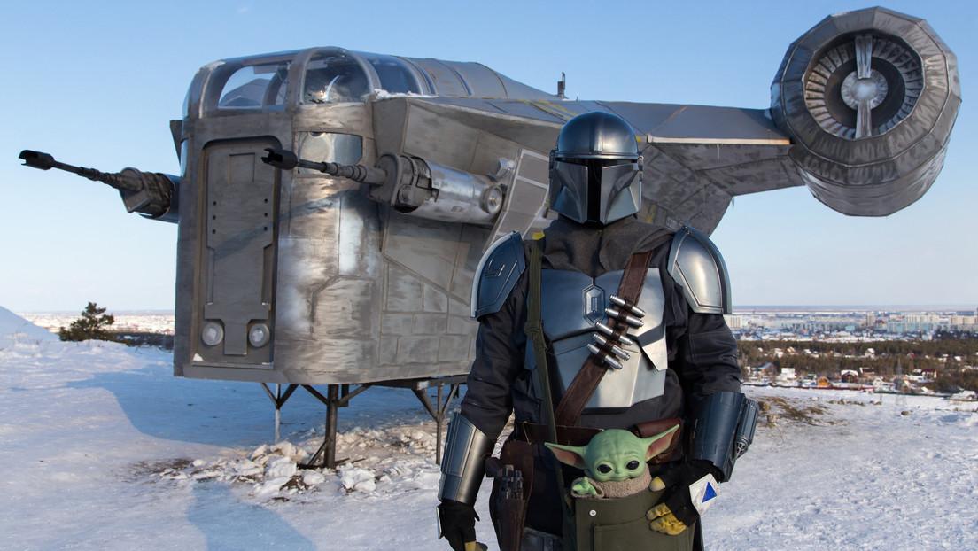 VIDEO: Una ráfaga de viento arrastra y destroza una réplica de la nave estelar de la serie 'The Mandalorian' en Siberia