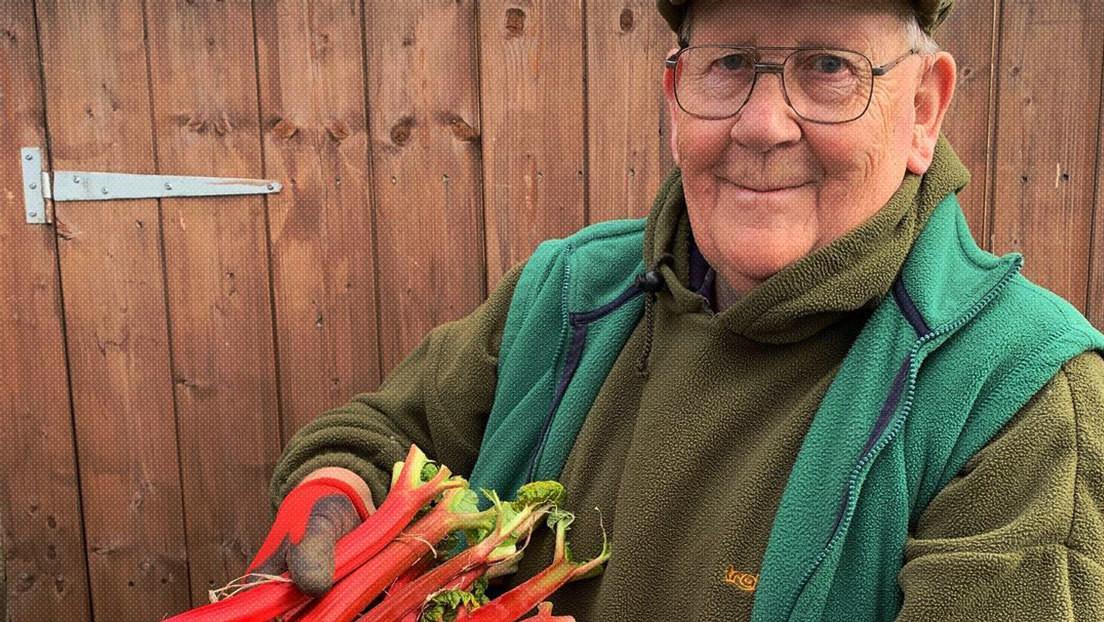 Un jubilado de 72 años que triunfa en la Red con fotos de verduras gigantes se convierte en estrella de una campaña de Gucci