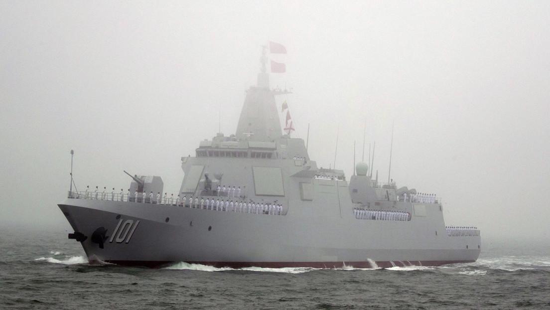Un grupo de buques chinos acompañado por un destructor de misiles guiados navega hacia el Pacífico