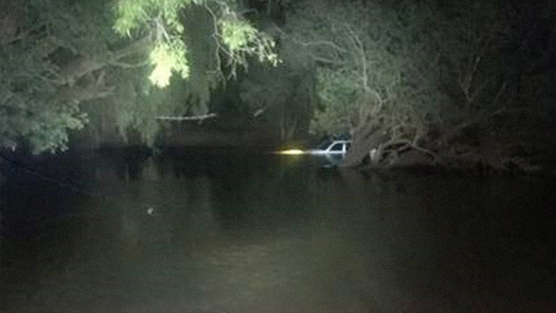 """Una pareja pasa toda la noche en el techo de su auto hundido en el agua y corre con suerte en """"un país de cocodrilos"""""""