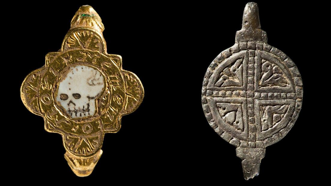 Reconocen como tesoros un insólito anillo con una calavera y otras joyas encontradas en Gales