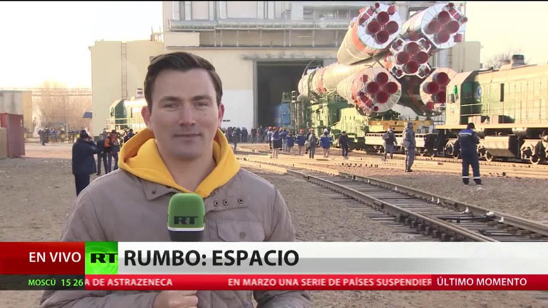 Instalan en Baikonur el cohete con una nave Soyuz de cara al lanzamiento a la EEI