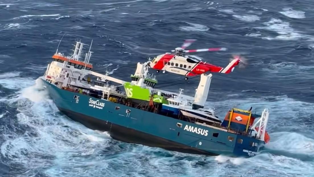 VIDEO: Un tripulante del buque que quedó a la deriva frente a Noruega salta al agua mientras el barco tambalea por las fuertes olas