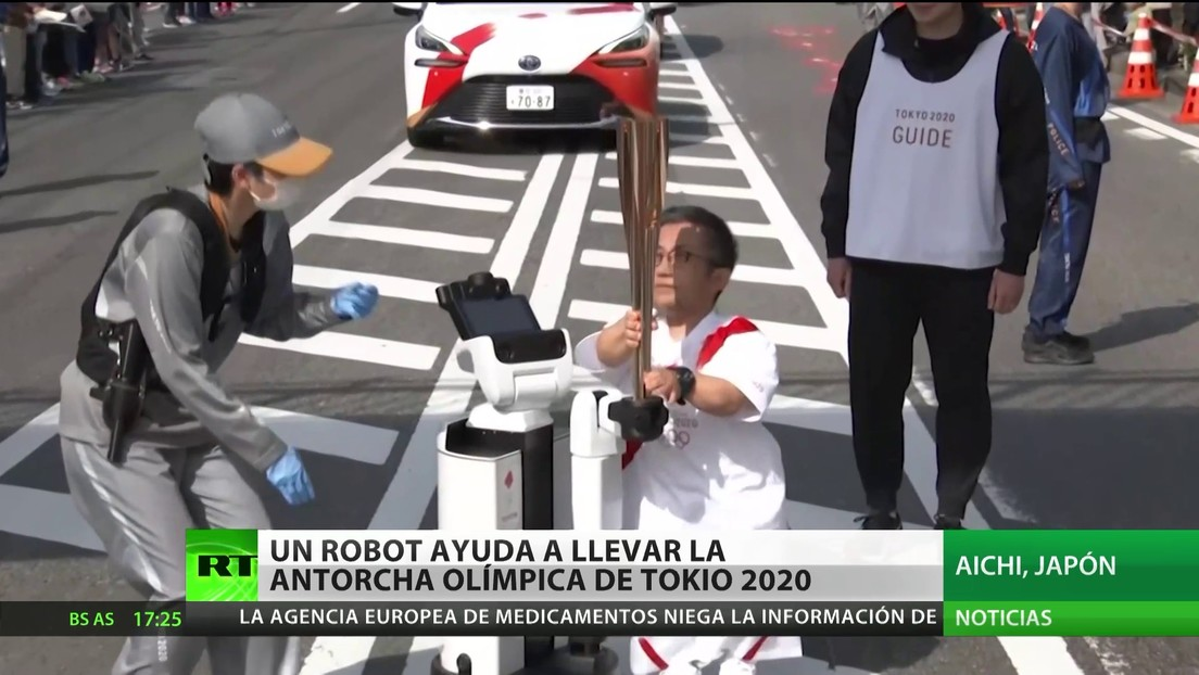 Un robot ayuda a llevar la Antorcha Olímpica de Tokio 2020