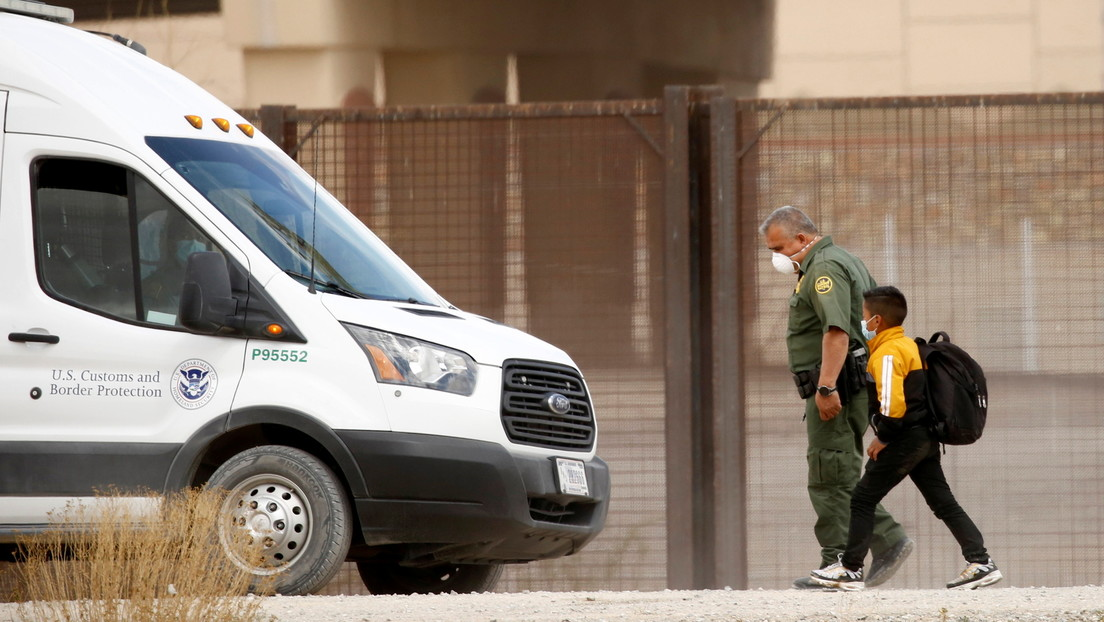 """""""They threw me out"""": Moment of an immigrant child asking for help from an agent after being abandoned in a desert area on the southern border of the United States."""