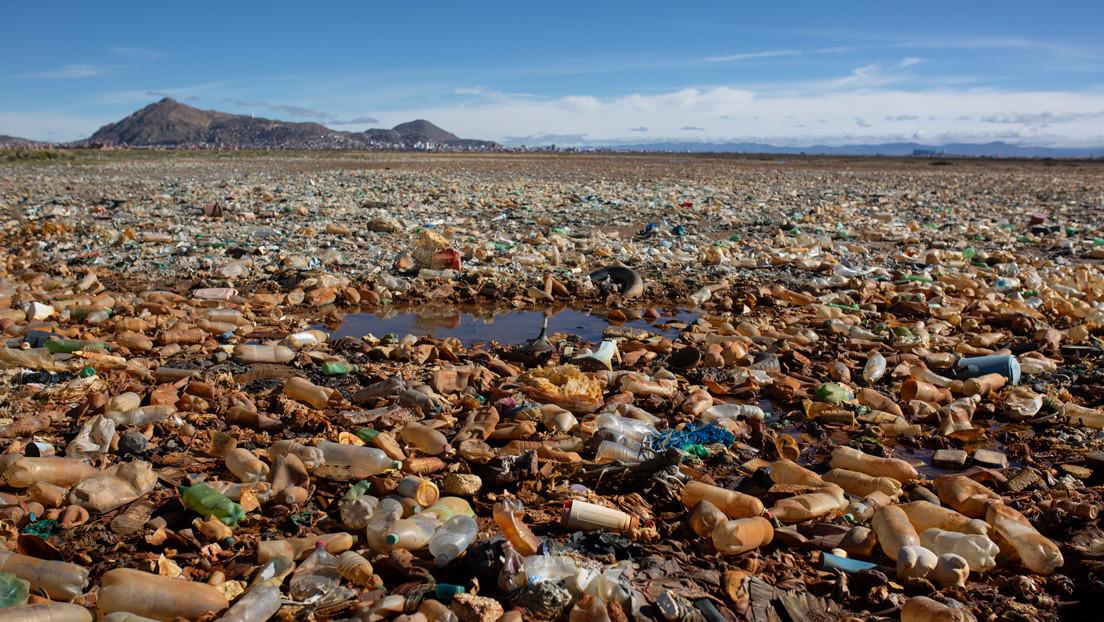 Toneladas de plástico en los Andes: un ecologista francés llega a Bolivia para convocar una campaña de limpieza del lago Uru Uru