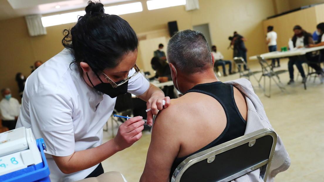 Dos hombres se disfrazan de ancianos para vacunarse en México, pero terminan en prisión luego de ser descubiertos