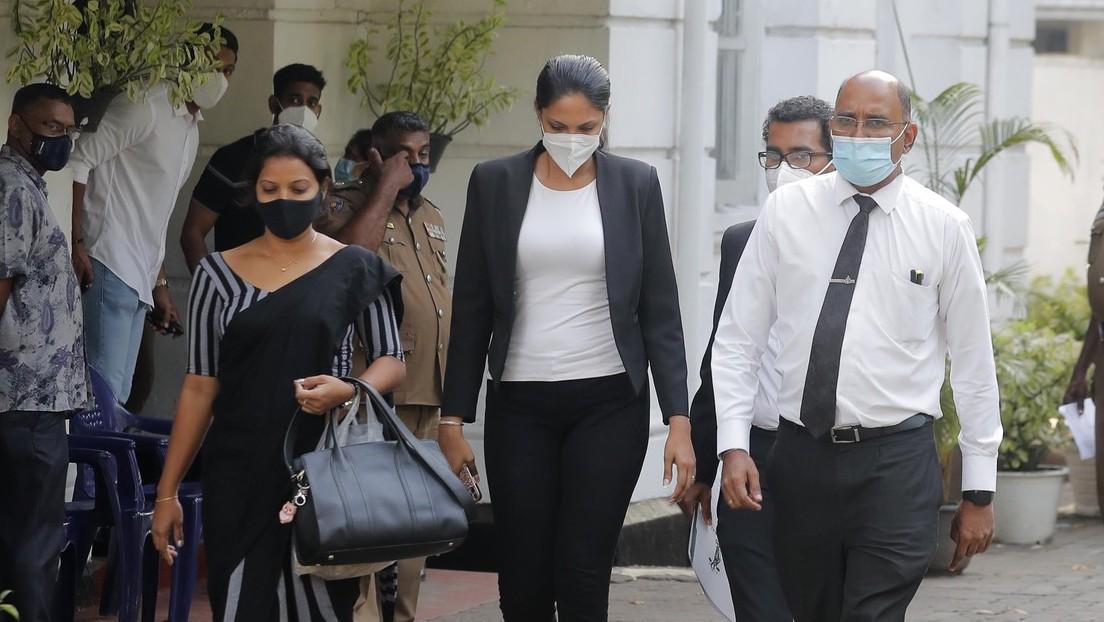 Detienen a la 'Señora Mundo' luego de que le arrebatara la corona a Mrs Sri Lanka, acusándola de estar divorciada