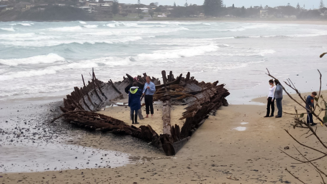 Las lluvias dejan al descubierto un barco del siglo XIX enterrado en las arenas de la costa australiana