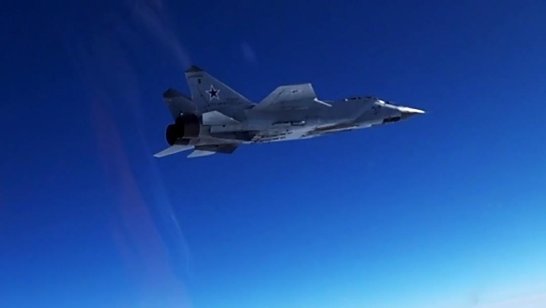 VIDEO: Un caza MiG-31 ruso escolta un avión de reconocimiento estadounidense sobre el océano Pacífico
