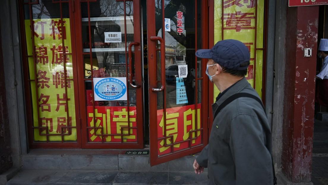 Pekín marca negocios con colores para mostrar el porcentaje vacunación entre los trabajadores