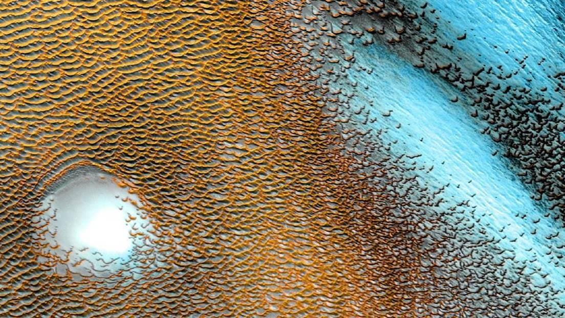 FOTO: La NASA capta un panorama surrealista de dunas azules en el planeta rojo